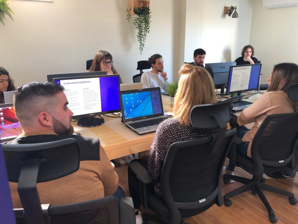 Programación web y móvil - Alumnos trabajando 2